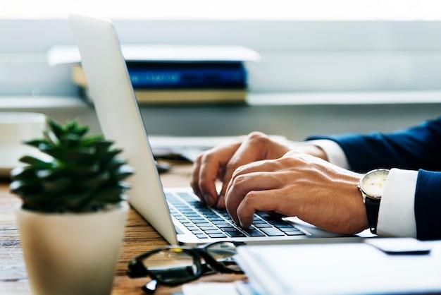 Empresário caucasiano no escritório atirar Foto gratuita