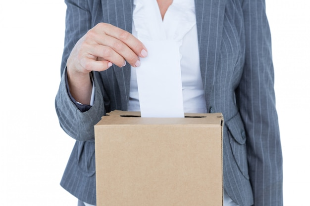 Empresário, colocando a cédula na caixa de votação Foto Premium