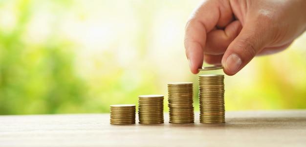 Empresário, colocando a pilha de dinheiro na mesa conceito salvando finanças e contabilidade Foto Premium