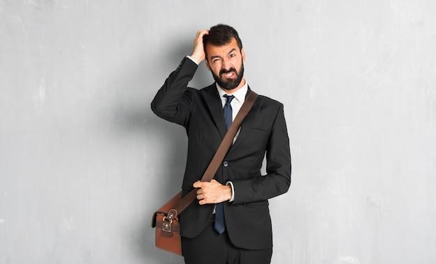 Empresário com barba com uma expressão de frustração e não entender Foto Premium