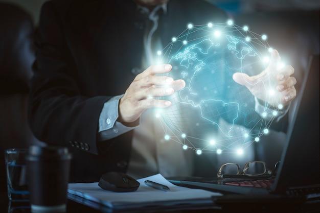 Empresário com oi gráfico de lucro de realidade virtual de tecnologia. conceito de tecnologia de negócios e marketing digital. Foto Premium