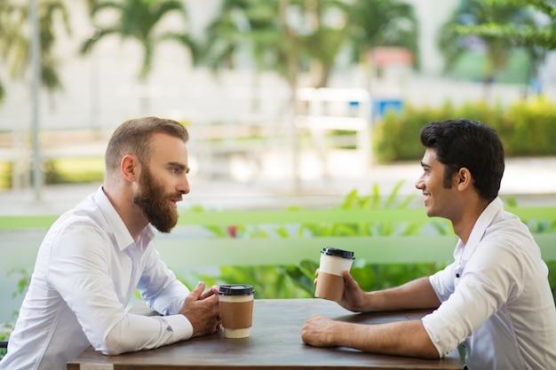 Empresário confiante, explicando seu plano de parceiro Foto gratuita
