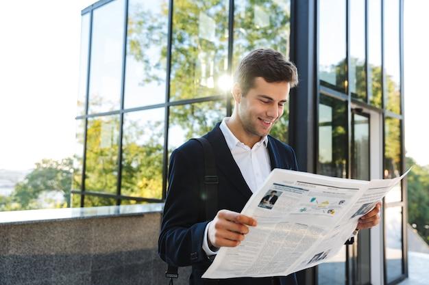 Empresário confiante lendo jornal ao ar livre Foto Premium