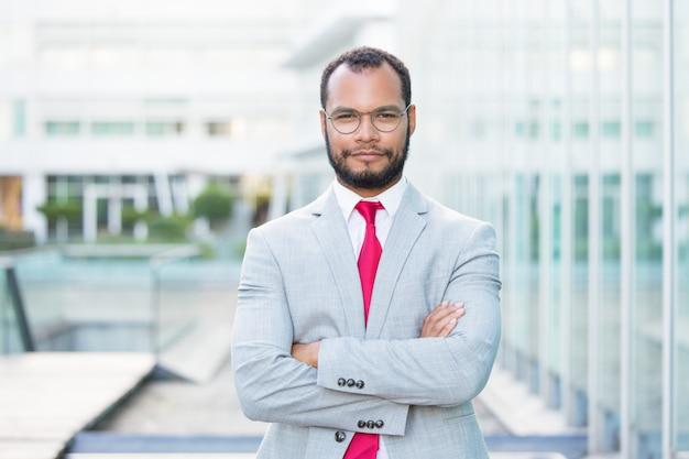 Empresário confiante posando do lado de fora Foto gratuita