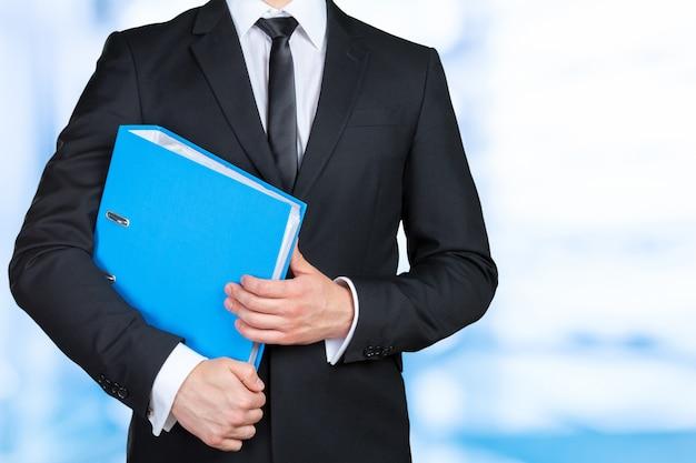Empresário confiante segurando uma pasta de documentos Foto Premium