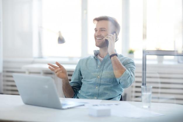 Empresário contemporâneo falando por telefone Foto Premium