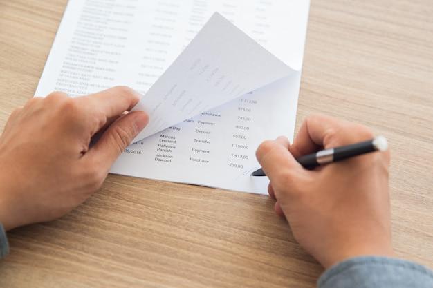 Empresário de assinar documentos contabilísticos Foto gratuita