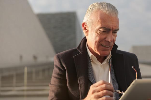 Empresário de cjarming usando um tablet Foto Premium