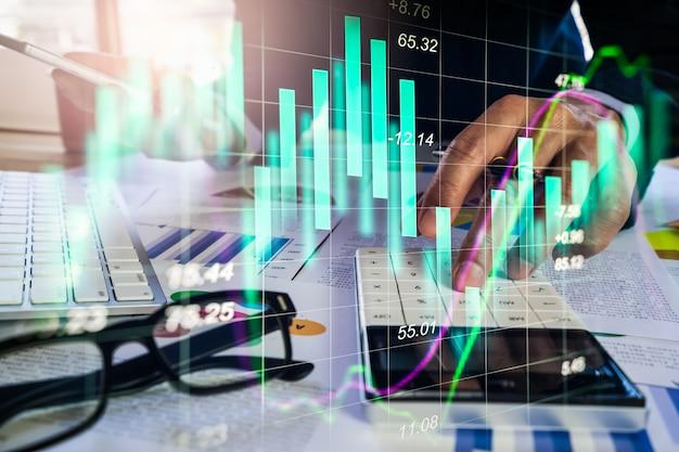Empresário de dupla exposição e mercado de ações ou gráfico de forex. Foto Premium