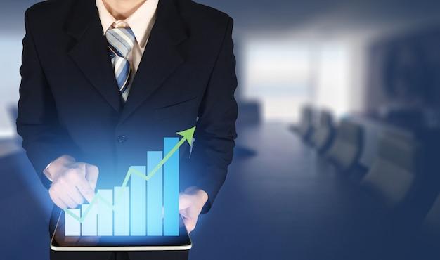 Empresário de dupla exposição, tocando o gráfico de barras de crescimento no gráfico financeiro Foto Premium