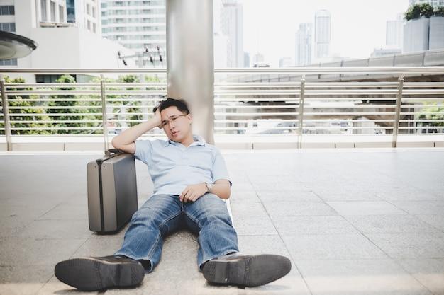 Empresário de falha de retrato. ele se sente deprimido, triste e sem esperança. Foto Premium