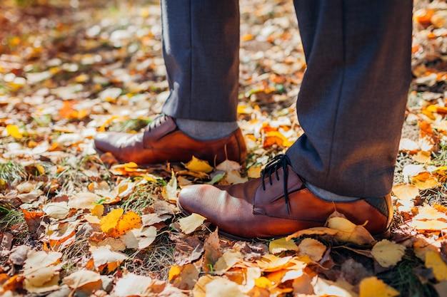 Empresário de sapatos no parque outono. calçado clássico em pele castanha. Foto Premium