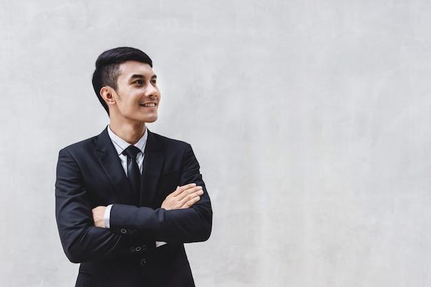 Empresário de terno formal preto com braços cruzados Foto Premium