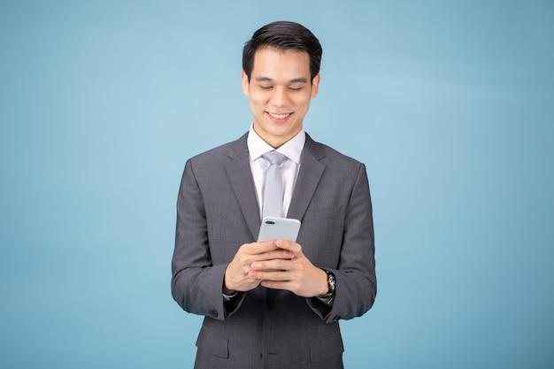 Empresário de terno usando smartphone Foto Premium