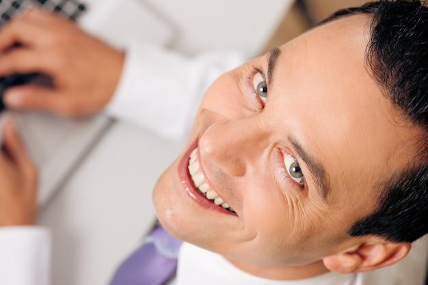 Empresário de vista superior sorrindo Foto Premium