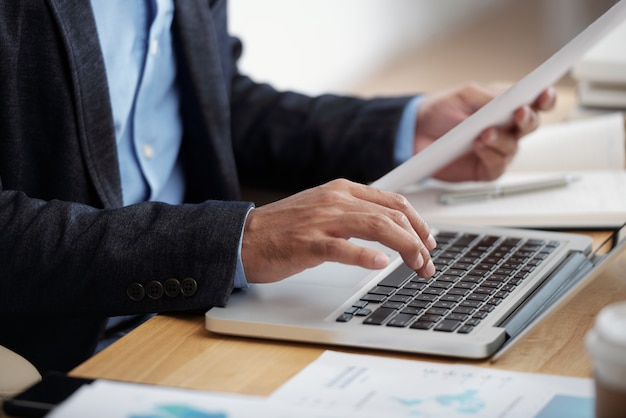 Empresário digitando no teclado Foto gratuita