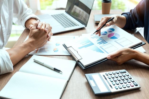 Empresário discutir discutir informações de novas tendências em um documento com colega colega ou parceiro juntos em um escritório de negócios moderno. Foto Premium