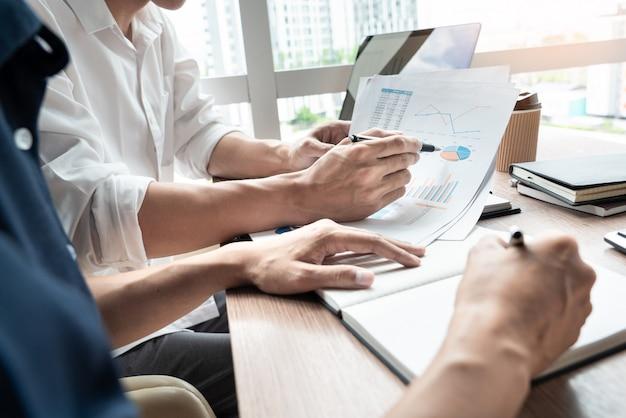 Empresário discutir explicando novas informações de tendências. Foto Premium
