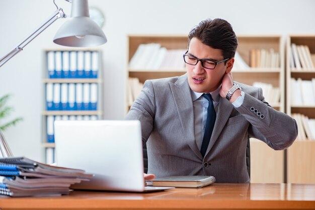 Empresário doente no escritório Foto Premium