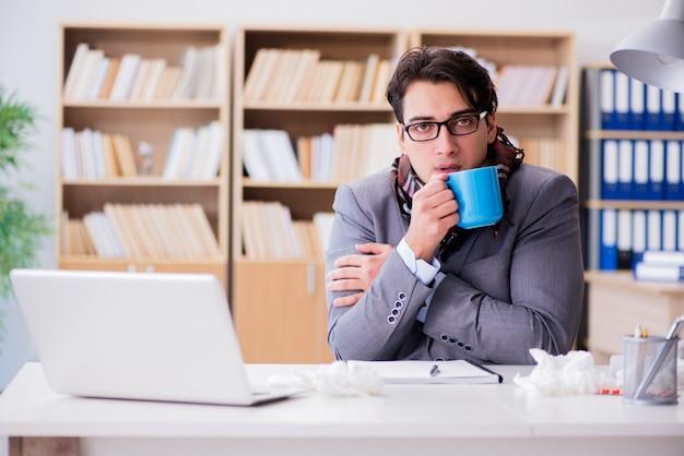 Empresário doente, sofrendo de doença no escritório Foto Premium