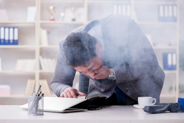 Empresário durante alarme de incêndio no escritório Foto Premium