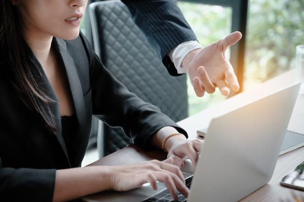 Empresário e empresária discutindo ou apresentação sobre plano de marketing na sala de reuniões. Foto Premium
