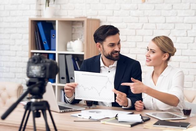 Empresário e empresária mostrando gráficos. Foto Premium