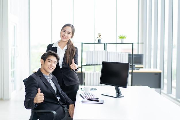 Empresário e empresária no local de trabalho Foto Premium