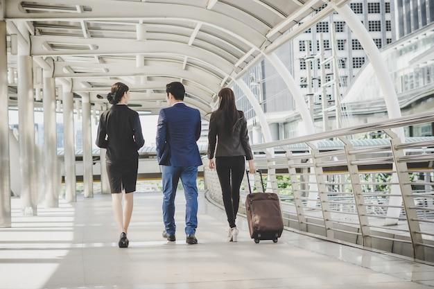 Empresário e mulher estão indo a uma viagem de negócios. Foto gratuita
