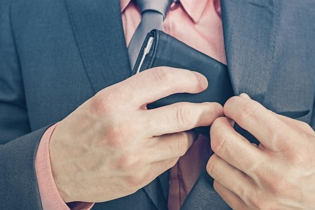 Empresário e sua carteira Foto gratuita