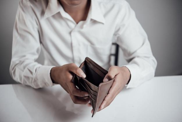 Empresário economizando dinheiro Foto gratuita
