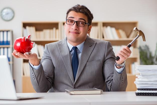 Empresário em busca de suas economias com mealheiro Foto Premium