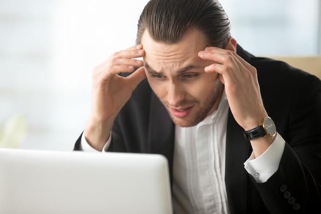 Empresário em desespero por causa de más notícias Foto gratuita