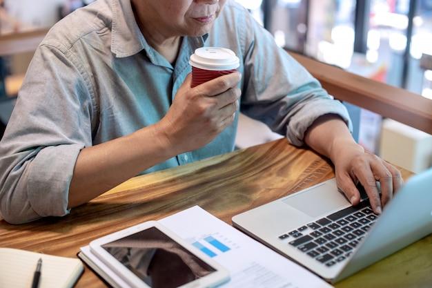 Empresário em estilo casual, trabalhando com gráfico gráfico Foto Premium