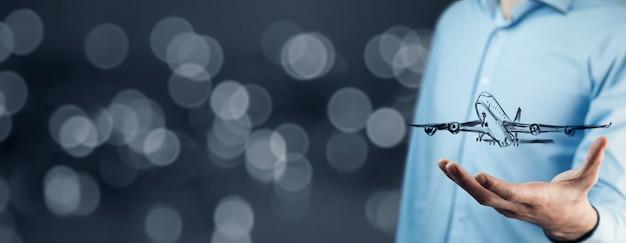 Empresário em fundo digital com avião na palma da mão Foto Premium