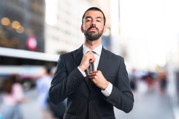Empresário em fundo não focado Foto Premium