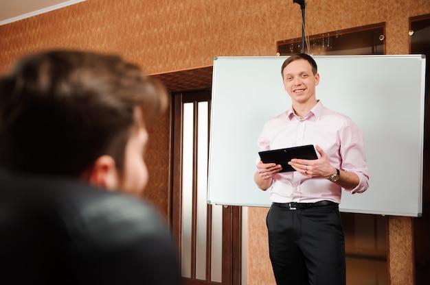 Empresário, explicando o plano de negócios para colegas de trabalho na sala de conferências Foto Premium