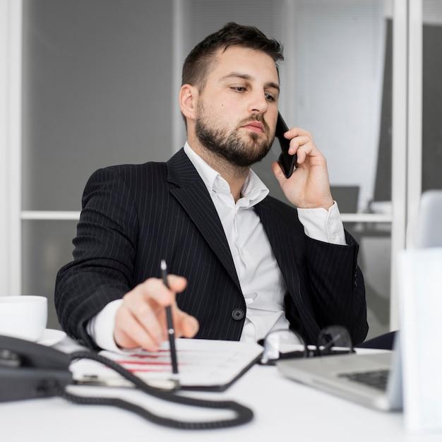 Empresário falando ao telefone Foto Premium