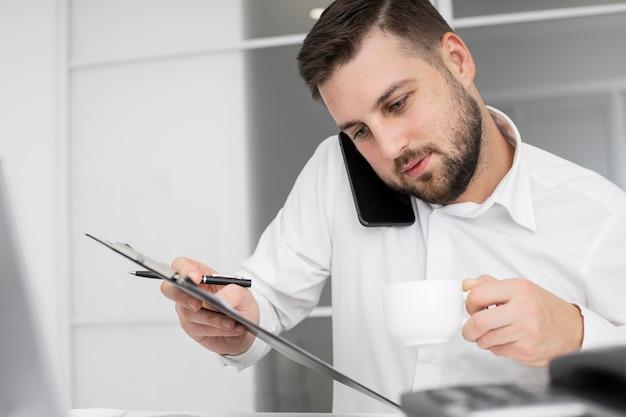 Empresário falando ao telefone Foto gratuita