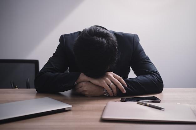 Empresário falhando e sério no escritório Foto Premium