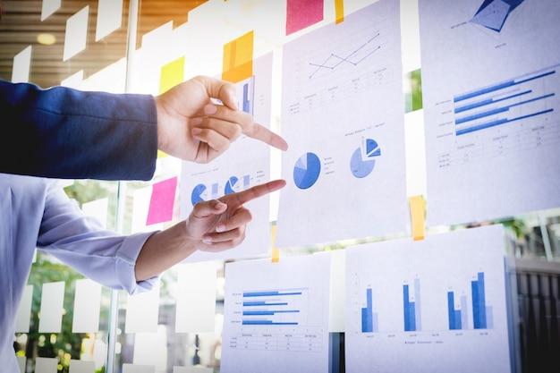 Empresário fazendo a apresentação com seus colegas e estratégia de negócios efeito de camada digital no escritório como conceito. Foto gratuita