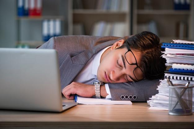 Empresário ficar no escritório por longas horas Foto Premium