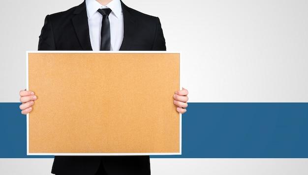Empresário irreconhecível em um terno preto formal apresentando, mostrando cópia espaço para seu projeto Foto Premium