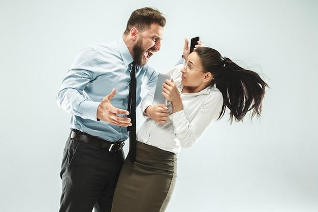 Empresário irritado e seu colega no escritório. Foto gratuita