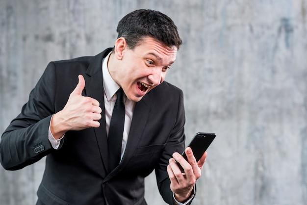 Empresário irritado gritando no telefone Foto gratuita