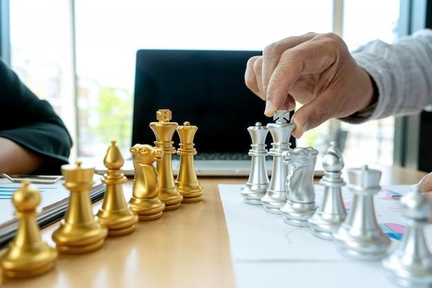 Empresário jogar xadrez no local de trabalho de marketing Foto Premium