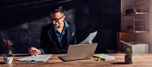 Empresário lendo um currículo para uma entrevista de emprego Foto Premium