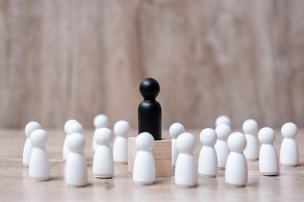 Empresário líder preto com multidão de funcionários de madeira. liderança Foto Premium
