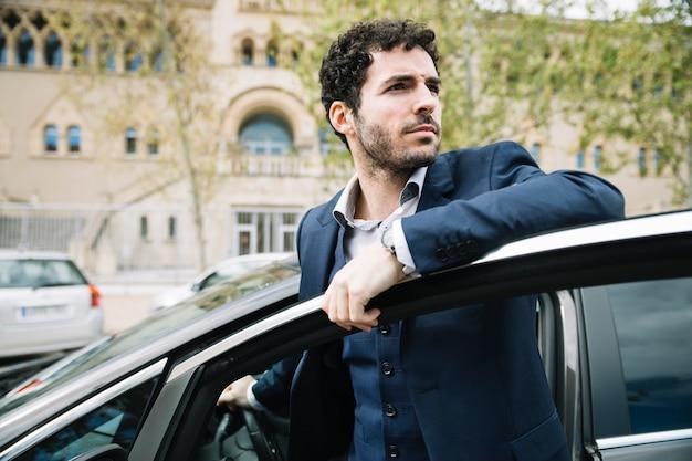 Empresário moderno sentado no carro Foto gratuita