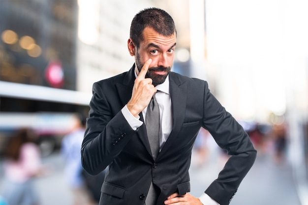 Empresário mostrando algo em fundo não focado Foto Premium